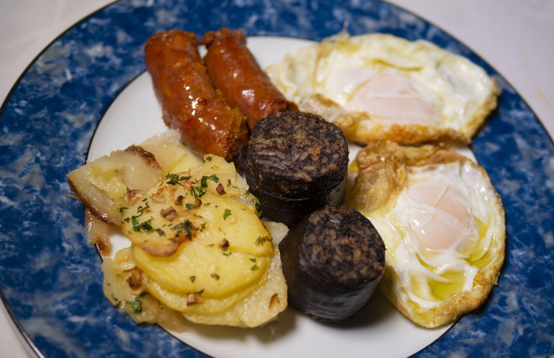 Imagen huevos con chorizo y morcilla del Asador El Molino Madrid Plaza de Castilla, el mejor asador de Madrid